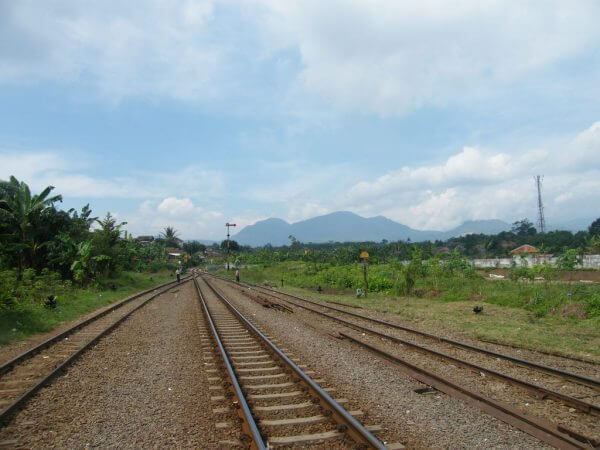Rel Kereta Api di Stasiun Cicalengka