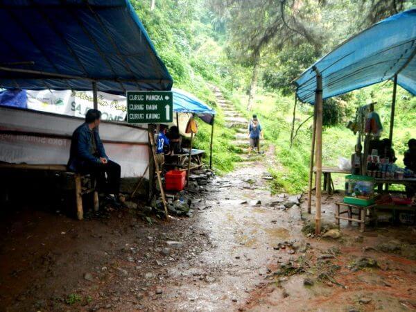 Petunjuk Arah Menjelang Anak Tangga - Wana Wisata Curug Nangka